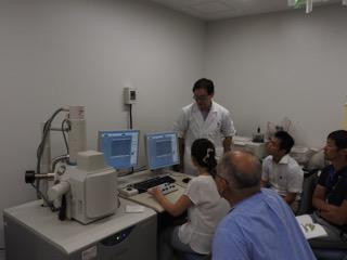 電子顕微鏡を操作する参加者